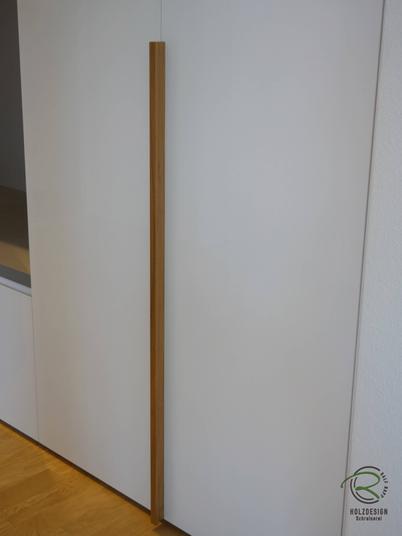 Garderobenschrank in Weiß Hochglanz mit Massivholz-Griffleiste in Eiche, Garderobenschrank in weiß Hochglanz mit offener Garderobennische mit Edelstahl Kleiderstange u. Schubladen und Schuhschrank in Garderobennische, Einbauschrank Garderobe in Wandnische