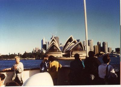 Charlotte Wille in Sydney vor dem Opernhaus, das nach einer Vorlage einer geöffneten Apfelsine gebaut wurde.