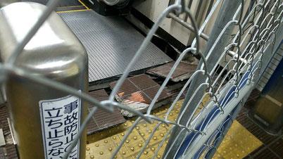 床が割れ、エスカレーターなどが使用できない状態が続く南茨木駅=21日午後撮影