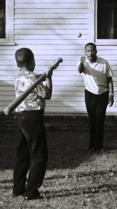 Nella foto Martin Luther King gioca con il figlio