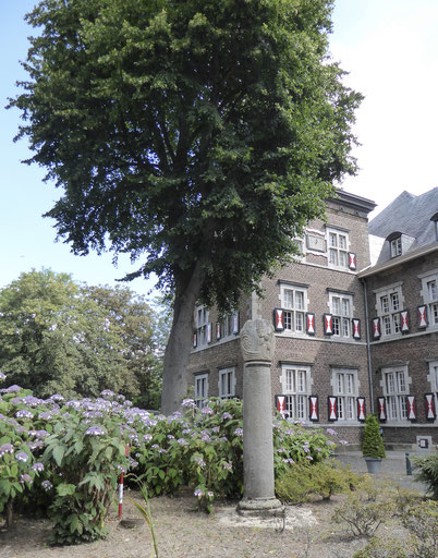 Binnenplaats Abdij Rolduc - monument voor Embrico van Mayschoss, steunpilaar van de Kloosterrade-gemeenschap. Beeldhouwer Jean Houben - 1986. Foto 18 juli 2020.
