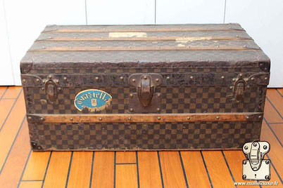 When we received this small unassuming Mark 1 checkered canvas cabin trunk, we were far from imagining the discovery that awaited us. We have seen thousands of Louis Vuitton trunks , restored hundreds and it is rare to make a discovery of this nature.