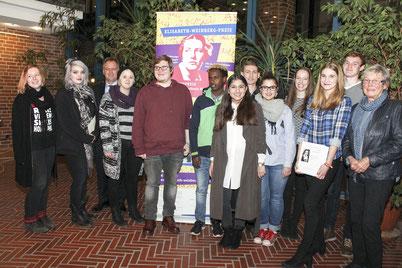 """Das Engagement junger Menschen gegen Rassismus und Diskriminierung hat der """"Runde Tisch gegen Rassismus Nienburg"""" mit dem Elisabeth-Weinberg-Preis ausgezeichnet."""