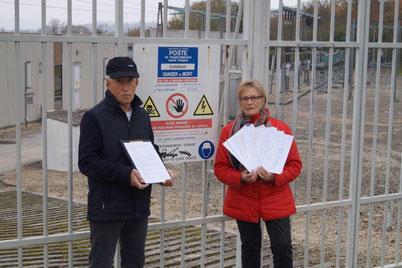 Les deux lanceurs d'alerte devant le Poste EDF de Dormans (51).