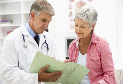 Arzt und Frau sprechen über Gicht
