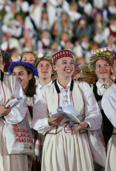 Josephine Metasch in lettischer Tracht beim Sängerfestival