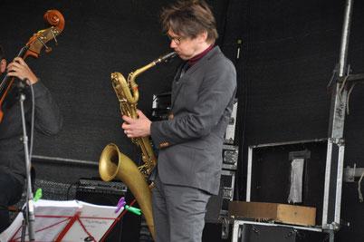 Georg Böhme mit Conn 12M Baritone Sax