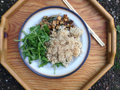 macrobiotic meal: integral rice with gomasio; in Sesam oil fried Tofu with Parsley and onions; and Rucula Salad