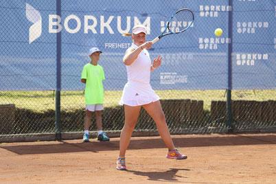 Hannah Eifert vom TC Deuten mit einer krachenden Vorhand auf dem Weg zu Ihrem ersten Borkum Open Damen A-Titel 2021 nach der Endspielteilnahme im Vorjahr.