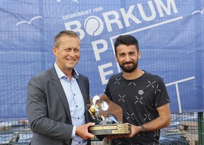 Der Bürgermeister der Stadt Borkum Jürgen Akkermann überreichte Hazem Naw (Kölner THC Stadion Rot-Weiß) den Gerhard Schröder Pokal für den Herren A-Sieg 2021.