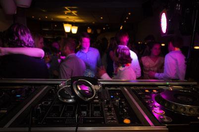 """Chanteuse et DJ professionnel pour votre soirée privée,ou associative ou encore votre mariage. L'alliance idéale du """"Show"""" et de l'efficacité d'un DJ professionnel avec une grande expérience et du matériel son et lumières haut de gamme"""