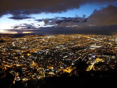 Bild: Bogotá nach dem Sonnenuntergang vom Cerro de Monterrate.