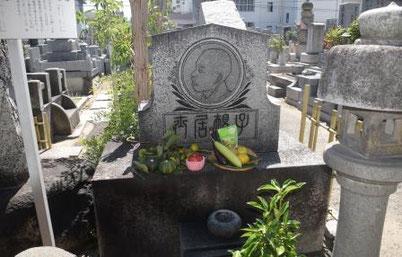 子規埋髪塔前にてご住職により読経が手向けられた。浅海会員丹精の糸瓜が供えられている。写真:髙村会員