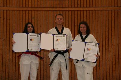 Sandra Kitzhöfer (1. Dan), Robin Dekker 2. Dan) und Carmen Spiekermann (3. Dan)