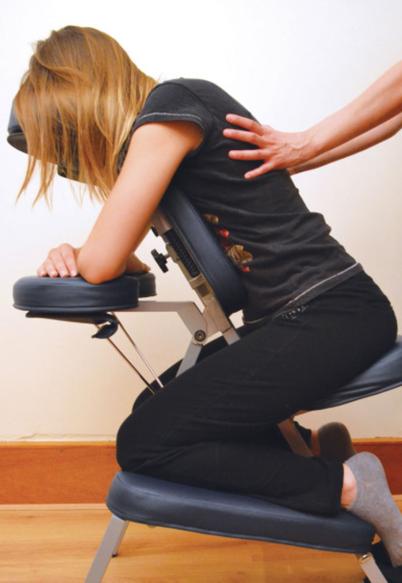 Massage Amma, assis, habillé sur chaise ergonomique pour éliminer des tensions, des blocages d'énergie et se relaxer, Marie del Pozo praticienne en naturopathie et Massage Amma