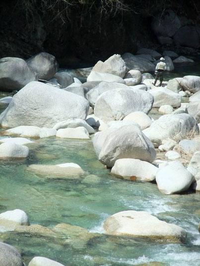 Pêcheur, rochers et eau turquoise