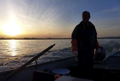Fahrt zu den Netzen bei Sonnenaufgang