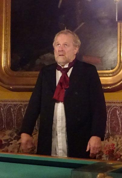 schweren Herzens erinnert er sich an König Louis und dessen unglückliche Ehe mit Hortense