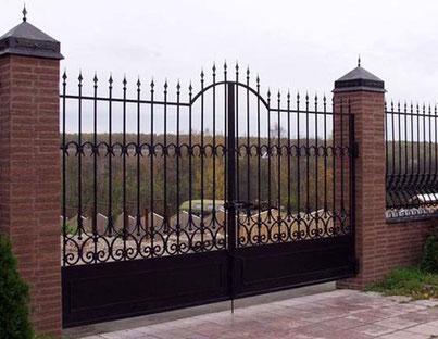 ворота + забор с кованными элементами.