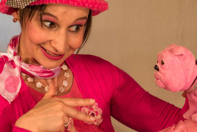 Die Kabarettistin Marlies Blume mit rosaroter Perlmutt-Blumenkette.