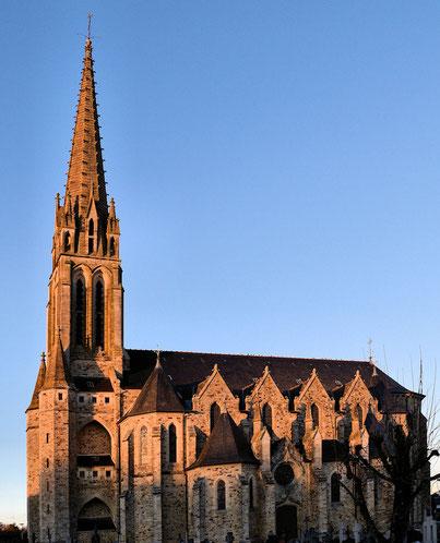 L'église éclairée par le soleil couchant