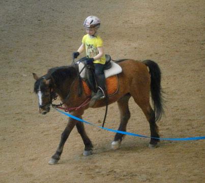 Longen-Stunde (Kind auf Pony an der Longe)
