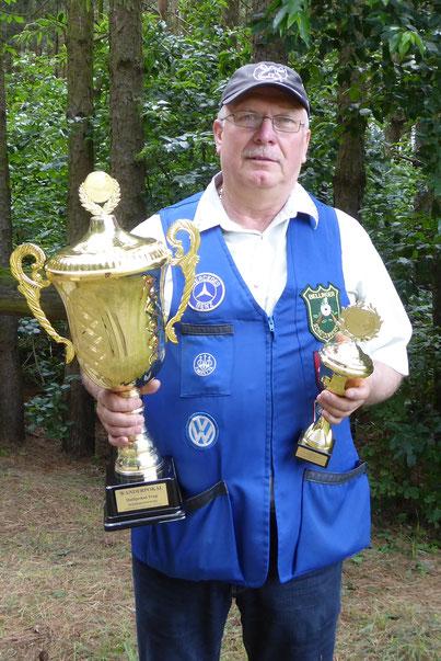 Frank Hoellge mit den beiden Pokalen.