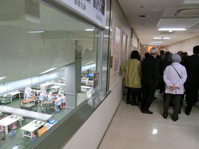 【中田食品の梅干し工場を見学。職員さんの説明が面白いです。】
