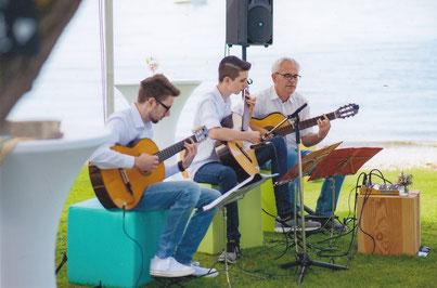 Gemeinsam mit zwei meiner Gitarrenschüler spielen wir bei einer Hochzeit vor der Kulisse des Bodensees