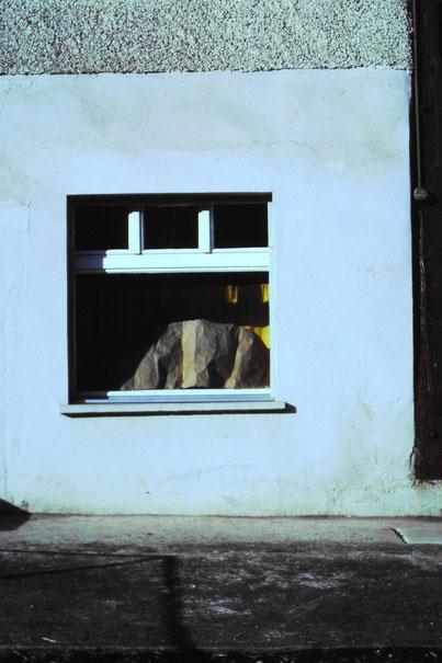 Bei schönem Wetter schützte Ernst Brogle die Schuhe in der Auslage mit einem Packpapier vor dem direkten Sonnenlicht. (um 1981)