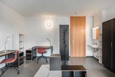 Schreibtisch, Regal und Schrank