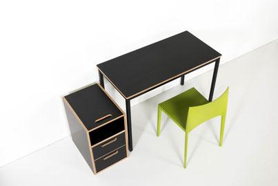 room³ Pultkorpus, Tisch und grüner Stuhl