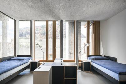 Bett, Nachttisch und Regal