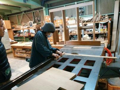 本番の板をカットする前に小さな材で予行練習。