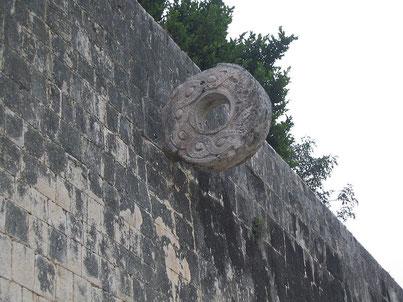 Aro de piedra en el que se introducía la pelota. Fuente: desconocida.