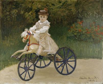 Jean Monet auf einem Spielzeugpferd