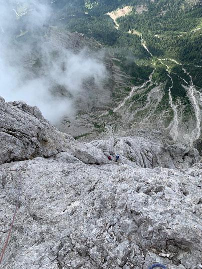 Spigolo del Velo, in der vorletzten Seillänge - Blick zurück zum Stand und ins Tal