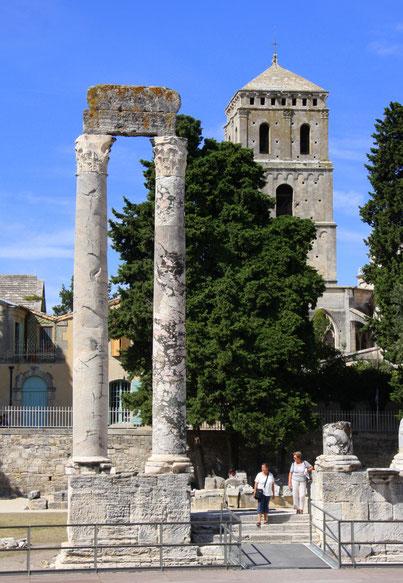 Bild: zwei Säulen im antiken Theater von Arles im Hintergrund der Turm von Saint-Trophime
