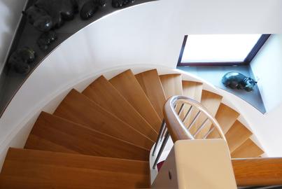 Treppe gewendelt Massivholz Wendeltreppe Eiche Brüstung Türschutzgitter