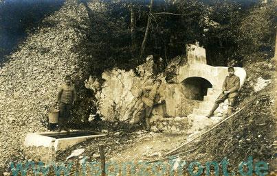 Deutsche Soldaten an einer Quelle am Vodil Vrh. Alle tragen österr. Kopfbedeckungen. Anfang Oktober 1917. Sammlung www.Isonzofront.de