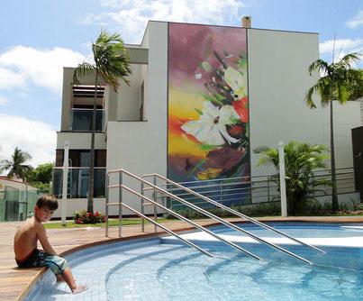 fresque murale floral pour décoration de piscine style street art brésilien par le graffeur Kendo de Biarritz