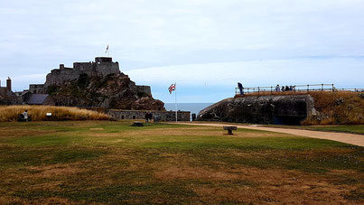 The castle in front and one of the Jäger-Type casemate for a 10.5cm gun covering the Saint Aubin's Bay is on the right