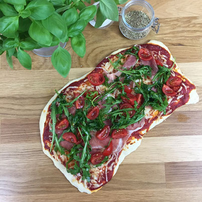 Pizza mit Rucola auf Schamotteplatte / Pizzastein gebacken