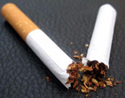 Eine Zigarette liegt zerbrochen da. Nach einer Raucherentwöhnung braucht man sie nicht mehr.