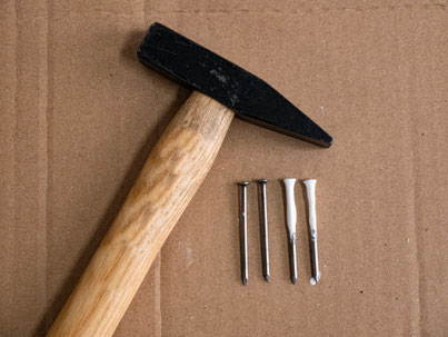 Hammer und Nägel zur Befestigung des Wandteppichs