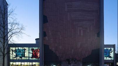 Die Glaskunstfenster der Kulturkirche Liebfrauen am König-Heinrich-Platz in Duisburg leuchten in der Dunkelheit wie Juwelen. (WAZ-Foto: Max Schulz / Stiftung Brennender Dornbusch)