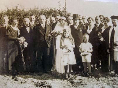 Selma, links im Bild, bei der Hochzeit ihrer Schwester Paula 1933.