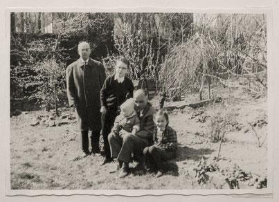 Ein Foto aus Hilde Winkelmanns Kindheit zeigt sie mit ihren beiden Brüdern, mit Vater und Großvater.