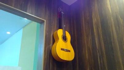 壁紙を傷つけないギターハンガー壁美人設置