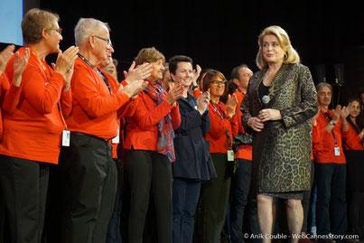 Honneur aux bénévoles, ici sur la scène de la Halle Tony Garnier, accueillant Catherine Deneuve - Clôture du Festival Lumière - Lyon - Octobre 2016 - Photo © Anik Couble